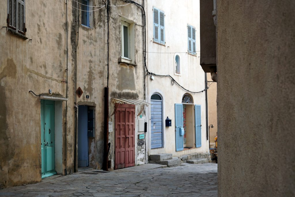 Particolare di una strada nella città vecchia di Calvi, Corsica.