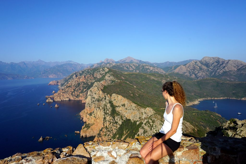 Foto del paesaggio scattata da Capu Rossu, Corsica.