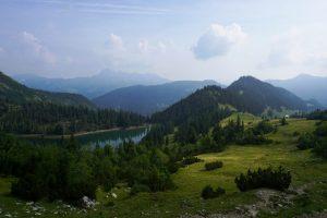 Foto dello Stoinsee e panorama nelle Alpi Bavaresi.