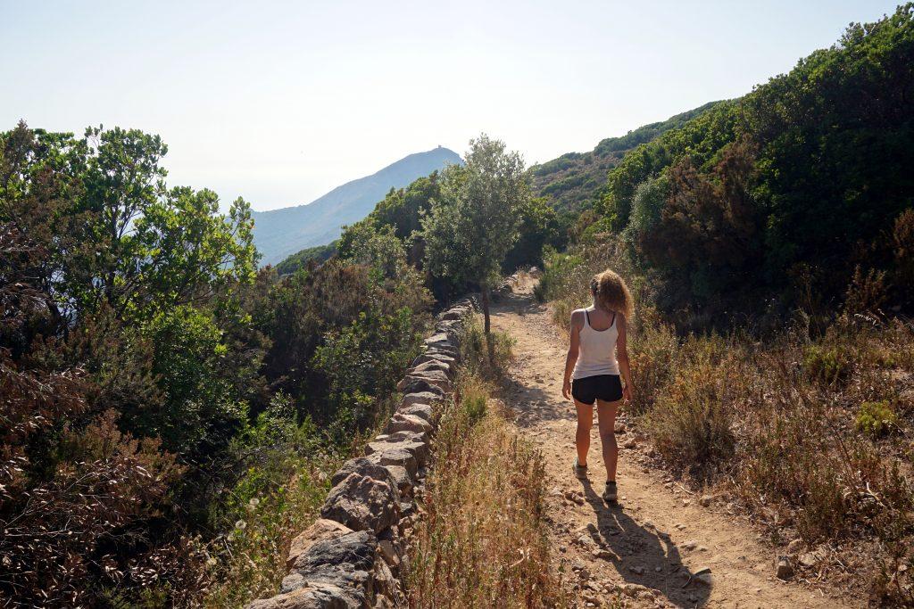 Fotografia del sentiero che porta alla torre genovese di Capu Rossu, Corsica.