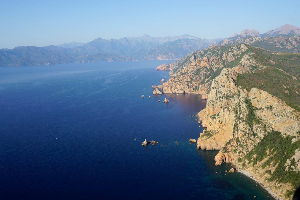 Foto del panorama costiero dal promontorio di Capu Rossu, Corsica.
