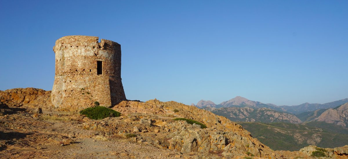 Foto della torre genovese di Capu Rossu, Corsica.