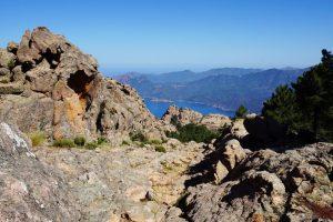 Foto delle formazioni rocciose durante un trekking tra i Calanchi di Piana.