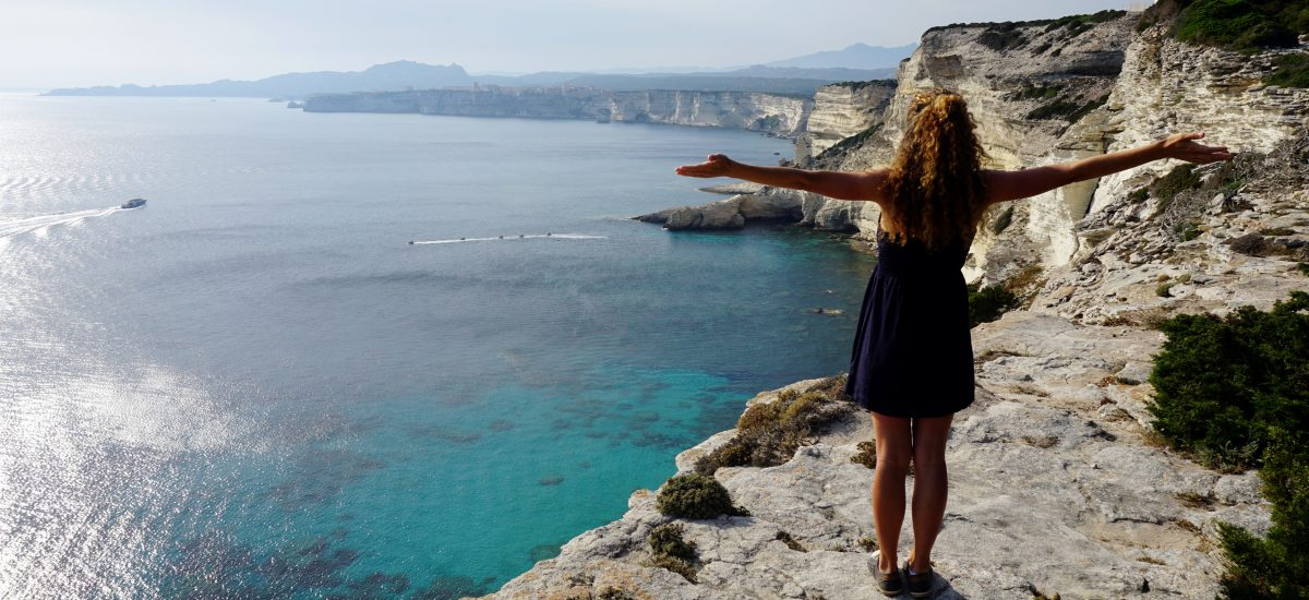 Foto panoramica sulle bianche falesie di Bonifacio, Corsica.