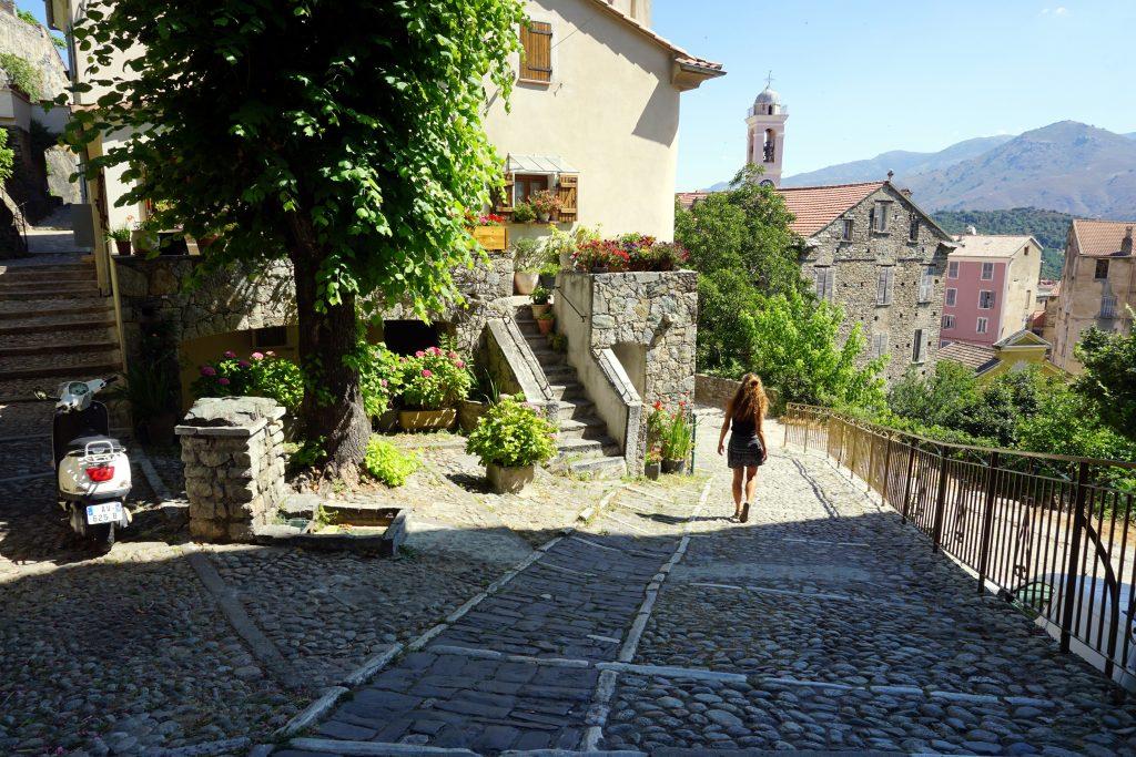 Foto di una strada di Corte, una delle città da visitare in Corsica.