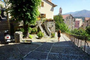 Foto di una strada di Corte, Corsica.