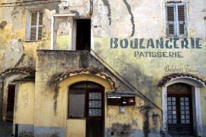 Foto di un dettaglio di una vecchia casa nella cittadina di Corte, Corsica.