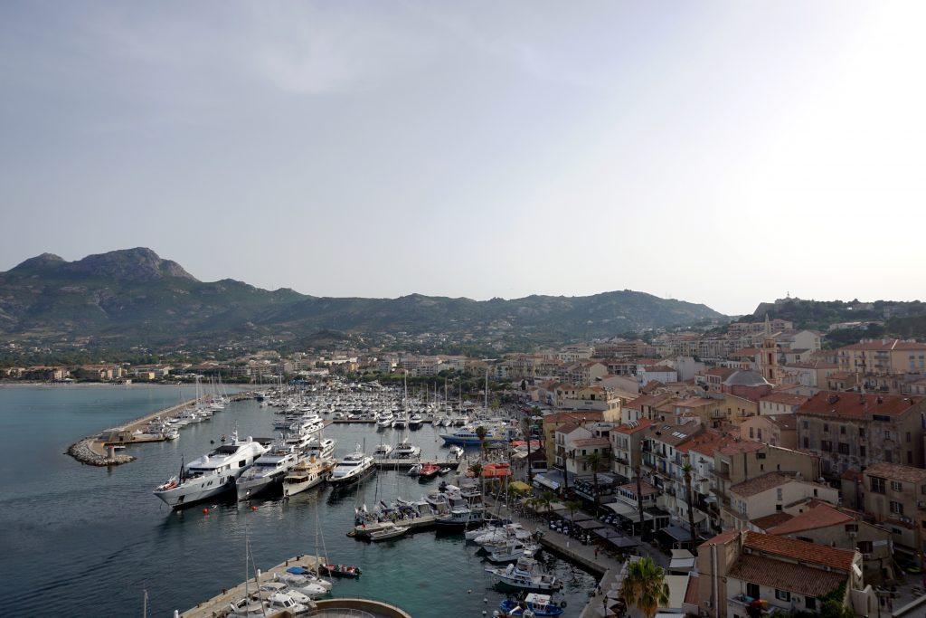 Foto del porto di Calvi, una delle città da visitare in Corsica.