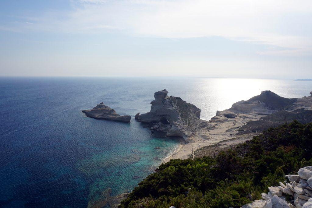 Foto della Plage de Saint-Antoine, vicino a Bonifacio, una delle città da visitare in Corsica.