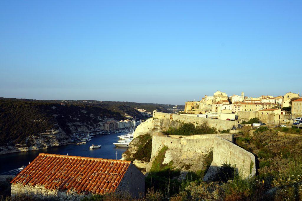Foto della cittadella e delle mura di Bonifacio, una delle città da visitare in Corsica.