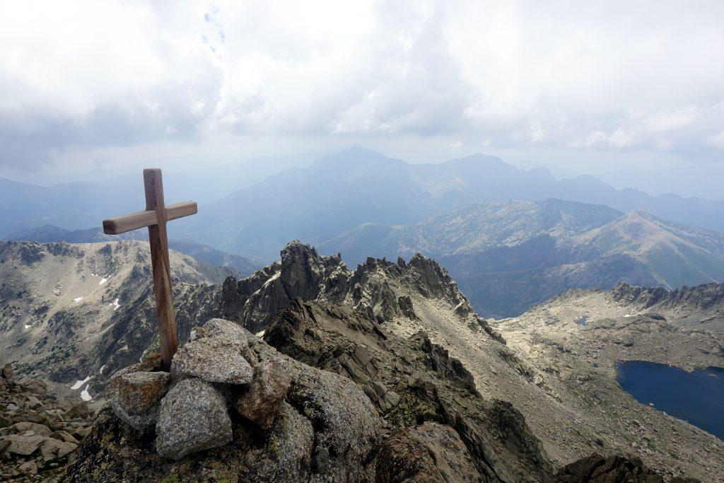 Foto dala cima del Monte Rotondo con vista su lago a forma di cuore, Corsica.