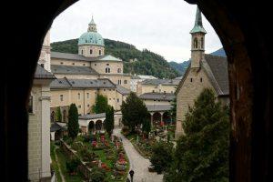 Foto del cimitero di San Pietro visto dalle catacombe.