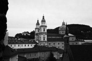 Foto in bianco e nero del Duomo di Salisburgo.