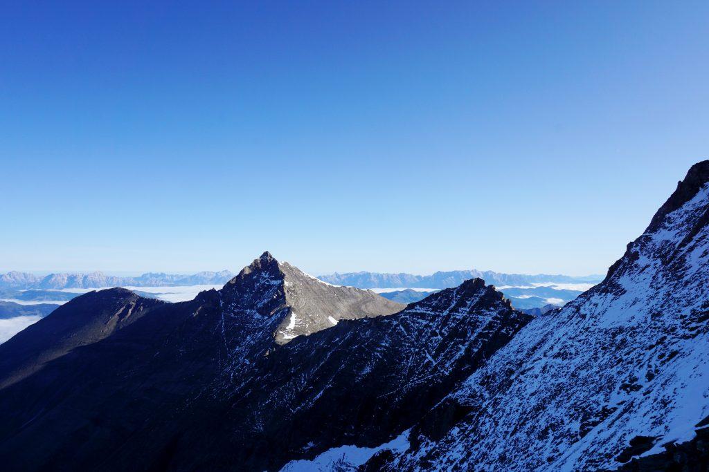 Foto di una cresta di montagne in Austria.