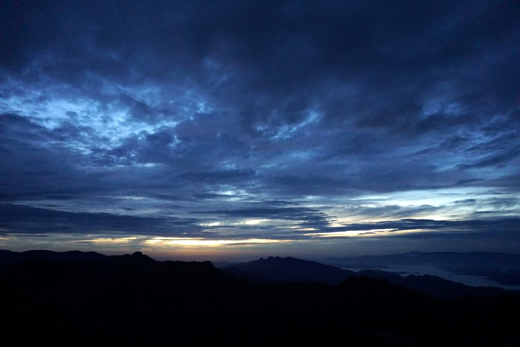 Foto all'alba dalla cima dell'Adam's Peak.