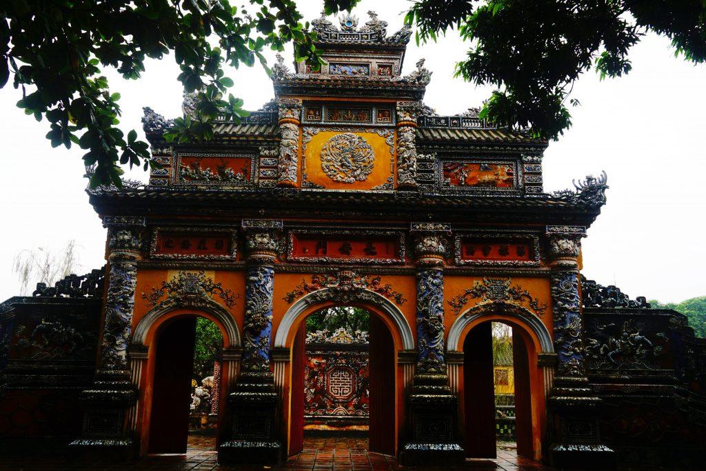 Foto della Porta della manifesta benevolenza (Cửa Hiển Nhơn) nella cittadella di Hue, Vietnam.