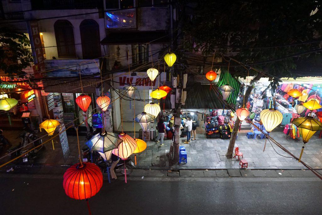 Foto di lanterne accese in una strada di Hanoi, Vietnam.